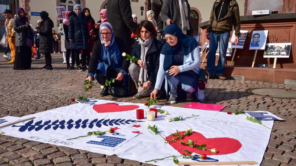 Mahnwache der Islamischen Gemeinde Wiesbaden und vom Verein Ost wetlicher Diwan. Maryama Boutaleb (links), Isabel Maino-Amer und Aicha Elyaznasni Rosen für die Opfer in Neuseeeland nieder.