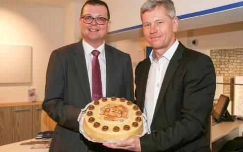 ESWE Geschäftsführer Jörg Gerhard (links) und Verkehrsdezernent Andreas Kowol mit Geburtstagstorte. ©2019 ESWE Verkehr