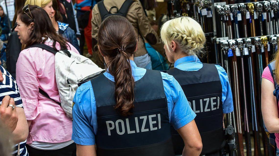 Stadtpolizei geht Streife auf dem Pfingstturnier.