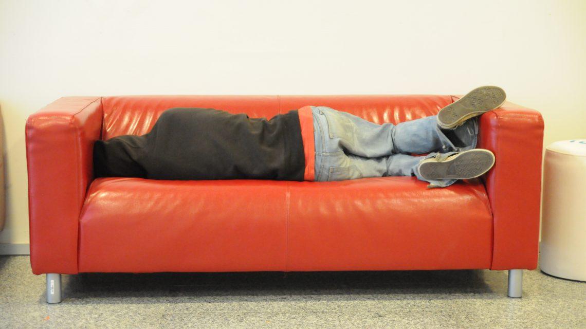 Krimi-Sofa ein Name ein Wort ein Bild: Hier das Sleeping Hacker von Thomas Bonte, Flickr, CC-BY 2.0