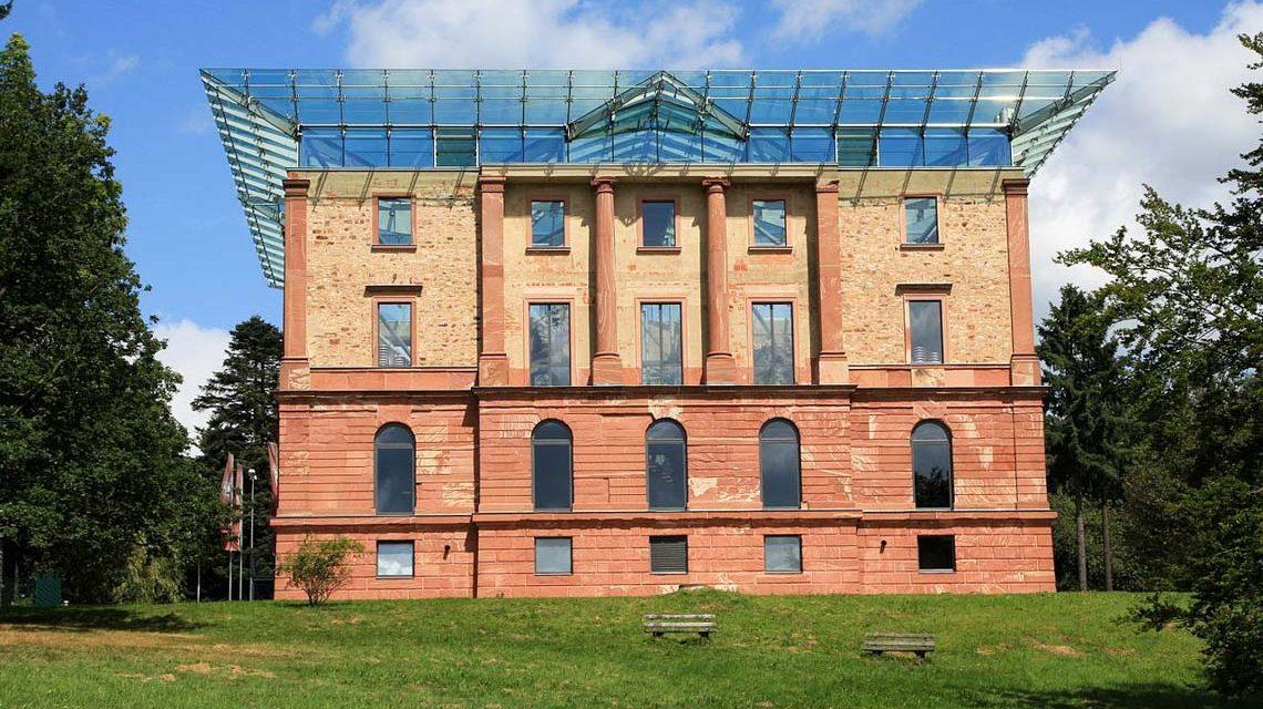 Ansicht des Jagdschlosses Platte von Südwesten mit gläserner Dachkonstruktion. ©2019 Wo st 01 / Wikimedia Commons / CC-BY-SA-3.0-DE