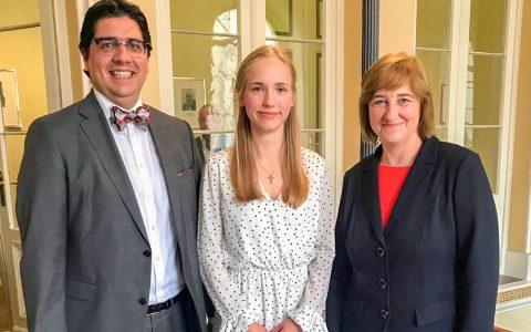 Die hessische Justizministerin Eva Kühne-Hörmann (r.) gratuliert EBS Studentin Johanna Gabler (M.) und Prof. Dr. iur. Emanuel V. Towfigh, Dekan der EBS Law School. © 2019 EBS Universität