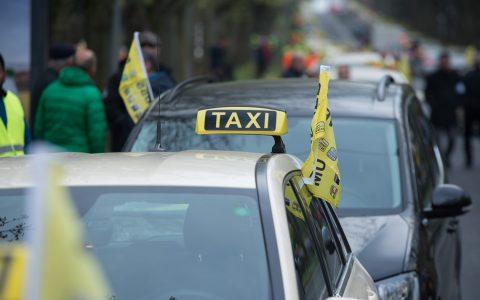 Taxifahrer legen den Verkehr lahm. ©2019 Volker Watschounek