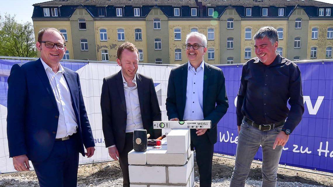 GWW Geschäftsführer Thomas Keller, Sozialdezernent Christoph Manjura, Wirtschaftsminister Tarek Al-Wazir und Schneider-Bau Gecshäftsführer Hans-Jörg Ballat bei der Grundsteinlegung in der Hagenstraße.