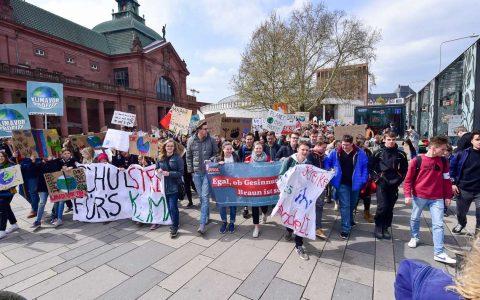 Schüler und Lehrer protestieren für ein besseres Klima. Foto: Volker Watschounek