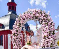 Annalena I. führte den 66. Umzug zum Nauroder Apfelblütenfest an, Vanessa I. schloss ihn ab. Dazwischen fanden rund 30 Wagen und Fußgruppen aus Naurid platz. ©2019 Volker Watschounek