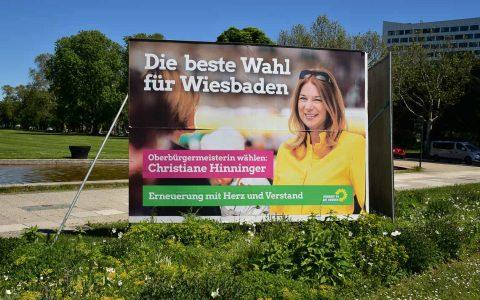 Wahlplakat von Christiane Hinninger am Wiesbadener Hauptbahnhof. ©2019 Volker Watschounek