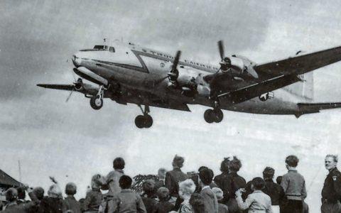 Berliner beobachten die Landung eines Rosinenbombers auf dem Flughafen Tempelhof (1948). ©2019 Henry Ries / USAF / Wikipedia / USGOV-PD