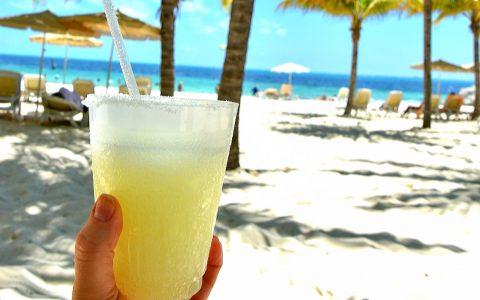 Was diese Dame wohl am Strand trinkt. ©2019 Inga Bunas-Heisig