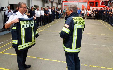 """Oberbürgermeister Mende erhält seine """"Uniform"""" bei der Feuerwehr. ©2019 Feuerwehr"""