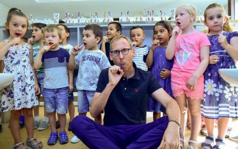 Erste Zertifizierung Mundgesund Kita, Sozialminister Kai Klose putzt sich mit den Kita Kindern die Zähne. Foto: Volkere Watschounek