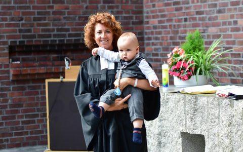 Pfarrerin Bea Ackermann mit dem Täufling Philipp Herbert Heinle.