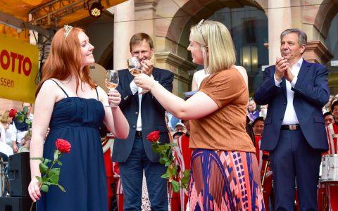 Traditionell findet erst der Empfang im Innenhof des Wiesbadener Rathauses statt, dann geht es für Bürgermeister und Oberbürgermeister zusammen mit den Weinmajestäten auf die Bühne. ©2019 Volker Watschounek
