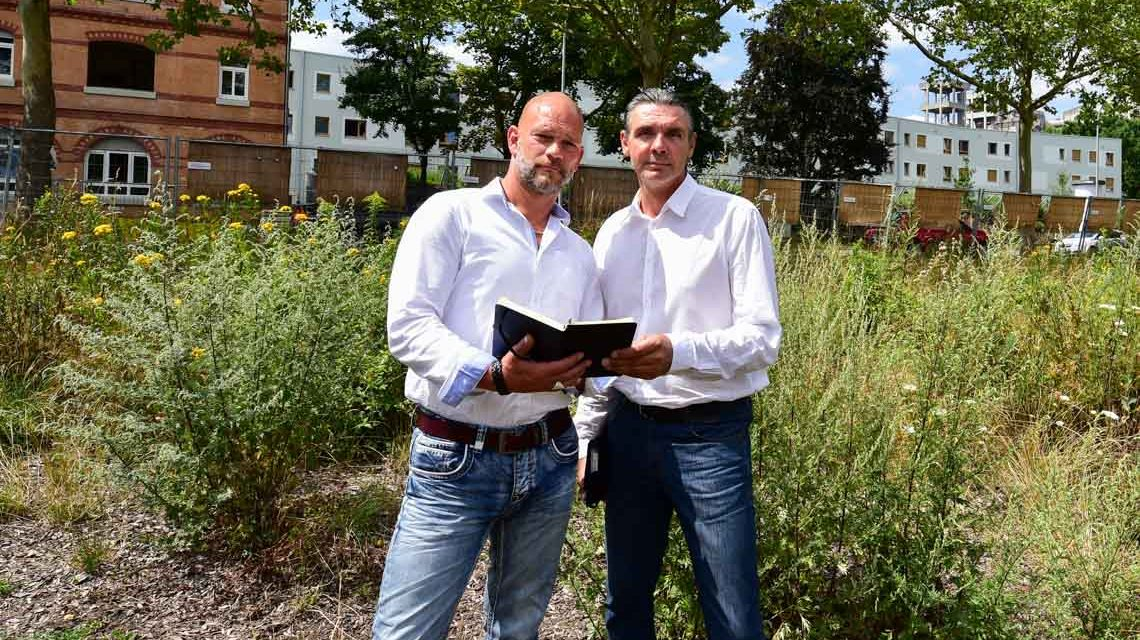 Wohnbau: Clemens Eich und Harald Krebühl auf dem Gelände Wiesbadener Straße 36 Foto: Volker Watschounek