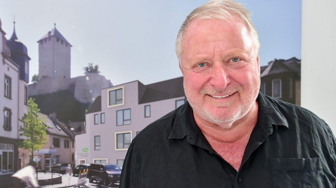 Wolfgang Rückert präsentiert die Plane für den Bürgerclub. Foto: Volker Watschounek