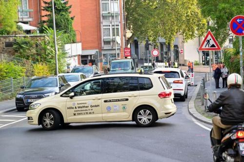 Coulinstraße wegen Bauarbeiten gesperrt - wer von der Schwalbacher Straße kommt kann links über die Büdinger Straße ausweichen - oder zurück fahren.