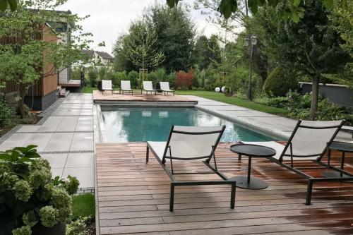 Der Pool im Außenbereich. Auch im Winter eine Einladung für sich.