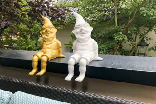 Die Gartenzwerge auf der Terrasse des Hotels schauen gerne beim Essen zu.